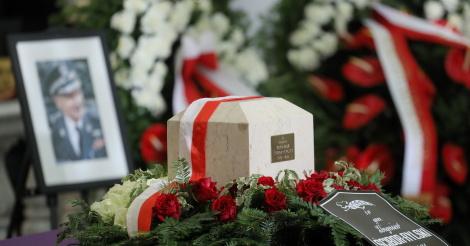 613d33ffeaf72 W grobie rodzinnym generała pochowana jest jego żona Zofia Rapp-Kochańska,  ps. Marie Springer, wywiadowczyni Komendy Głównej Armii Krajowej.