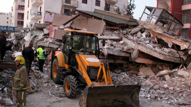 """Po trzęsieniu ziemi w Albanii nie żyje co najmniej 21 osób. """"Bardzo dramatyczna sytuacja"""""""