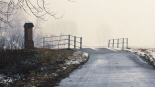 Przelotne opady i śliska nawierzchnia utrudnią jazdę