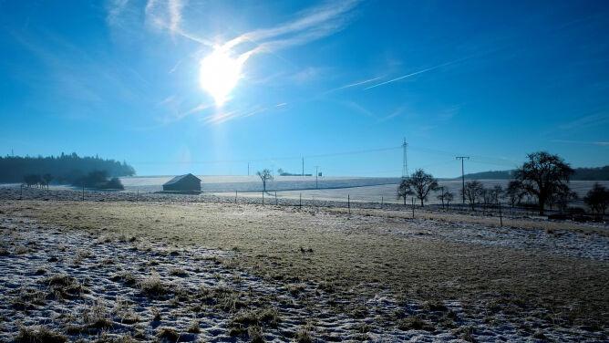 Prognoza pogody na dziś: na ogół pogodnie, ale zimno. Temperatura w okolicach zera