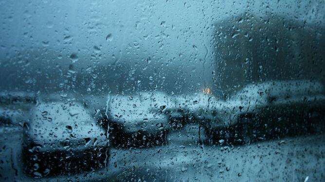 Podróżowanie utrudnią opady i silny wiatr